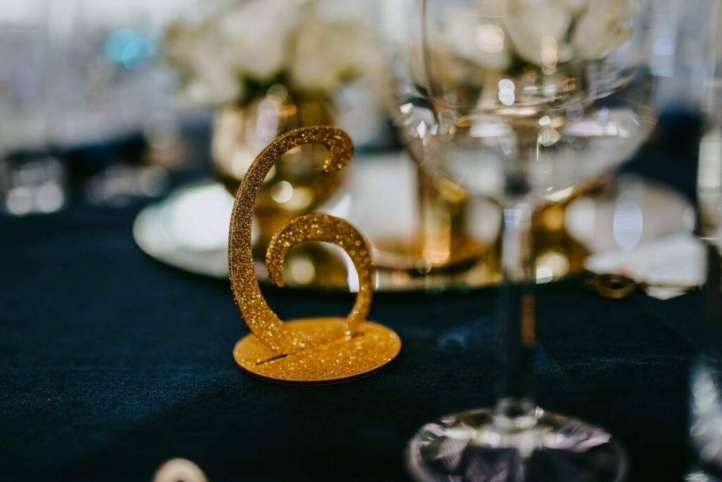 Hochzeit Tisch Dekoration blau gold Tischnummer